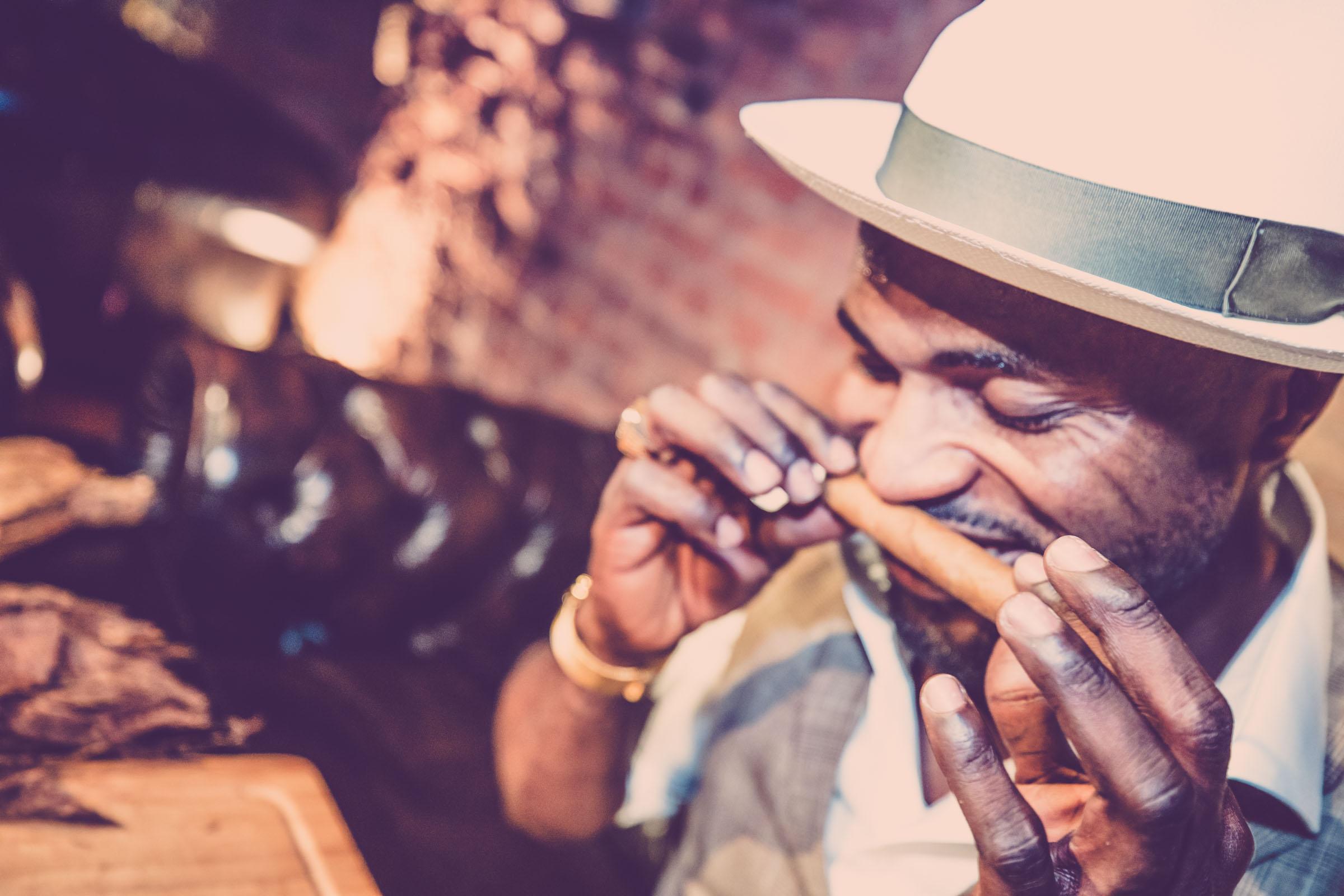 Zigarrenroller - Zigarrendreher Tabakroller | Zigarrenrollerin | Zigarrenherstellung | Hochzeit | Messen | Gala |Event | Buchen | Mieten | Anfragen