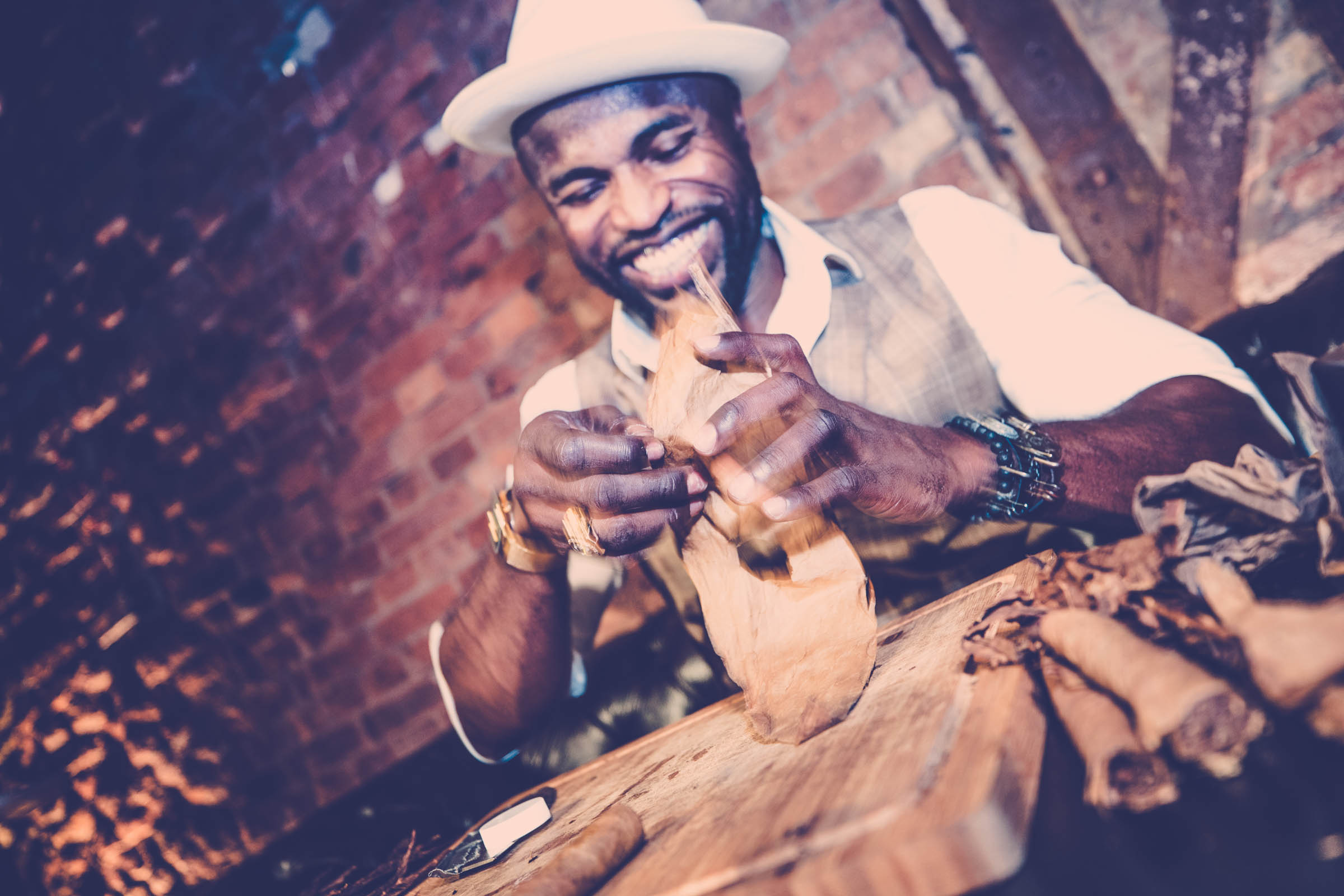 Zigarrenroller - Zigarrendreher | Zigarrenherstellung | Handgemacht | Kuba | Gala | Event | Business | Hochzeit | Messen | Buchen | Mieten | Anfragen